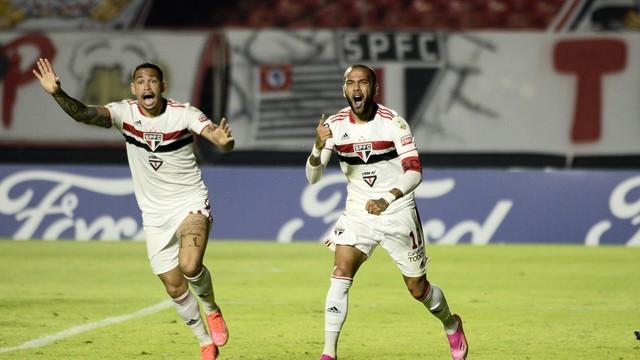 Daniel Alves reclama de gol anulado
