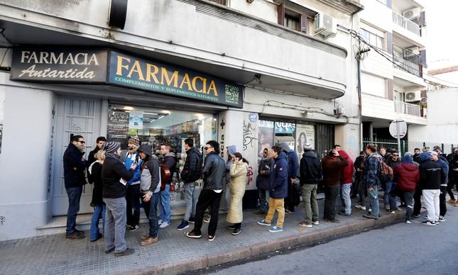 Fila para comprar maconha legal em farmácia de Montevideo, no Uruguai, em 2017