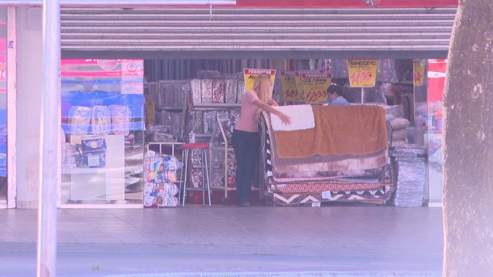 Comerciantes se preparam para reabertura do comércio em Ceilândia, no DF — Foto: TV Globo/Reprodução