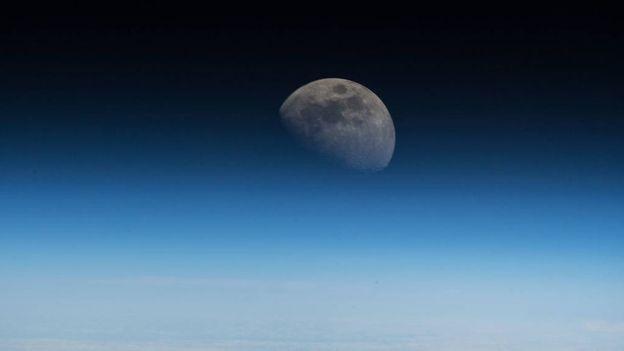 A ideia é que astronautas usem a Lua como base para viagens pelo Sistema Solar (Foto: NASA)
