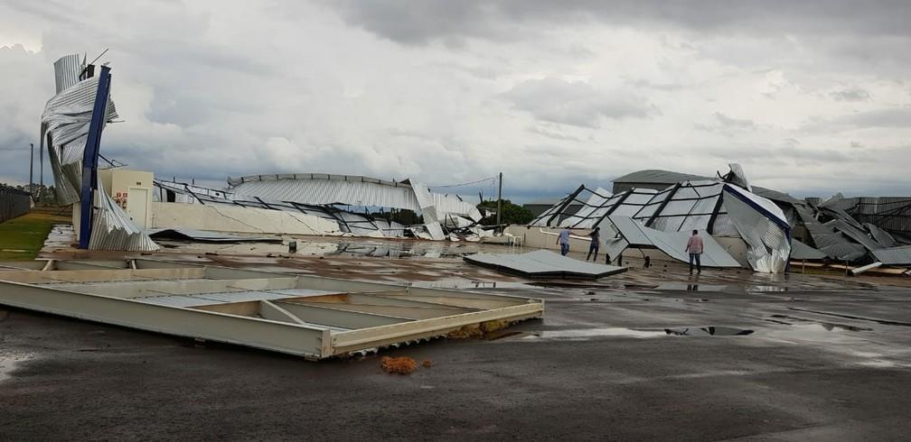 Galpões do aeroporto de Penápolis ficaram destruídos após temporal — Foto: Arquivo Pessoal