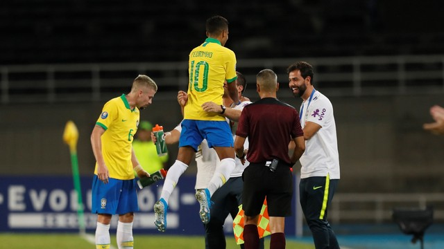 Pedrinho abraça André Jardine após fazer seu gol