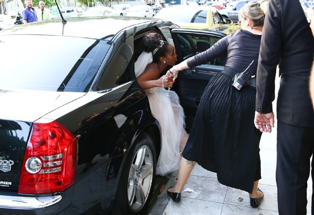 Iza chega à sua festa de casamento com Sérgio Santos (Foto: Roberto Filho/Brazil News)