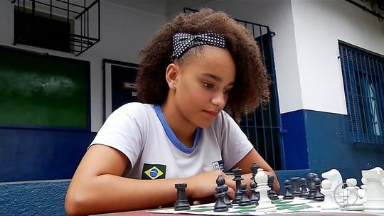 Professor de escola em Trajano de Moraes, RJ, orienta cena de xadrez na novela 'O Outro Lado do Paraíso'