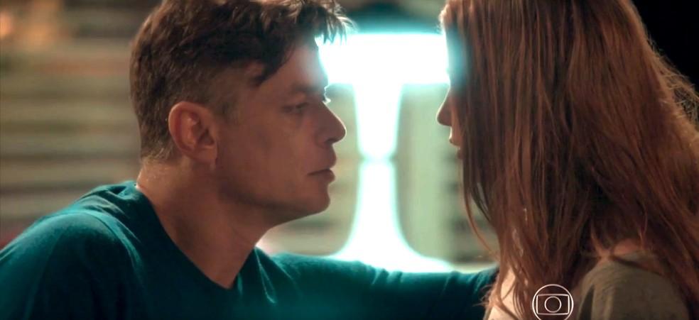 Arthur se aproxima para beijar Eliza — Foto: TV Globo