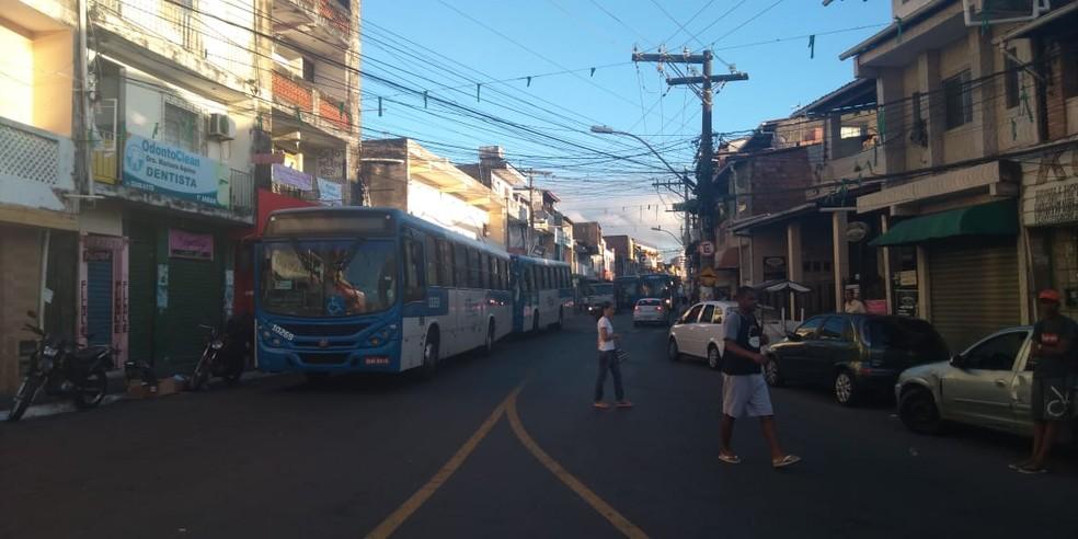 Ônibus voltam a entrar no bairro de Santa Cruz, em Salvador, após policial ser baleado no Nordeste de Amaralina — Foto: Adriana Oliveira/TV Bahia