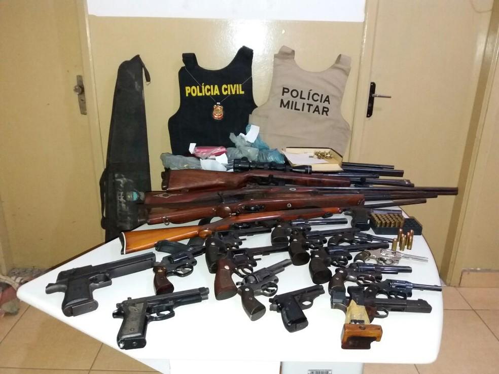 Armas de fogo foram encontradas dentro de casa (Foto: Divulgação/Polícia Civil)