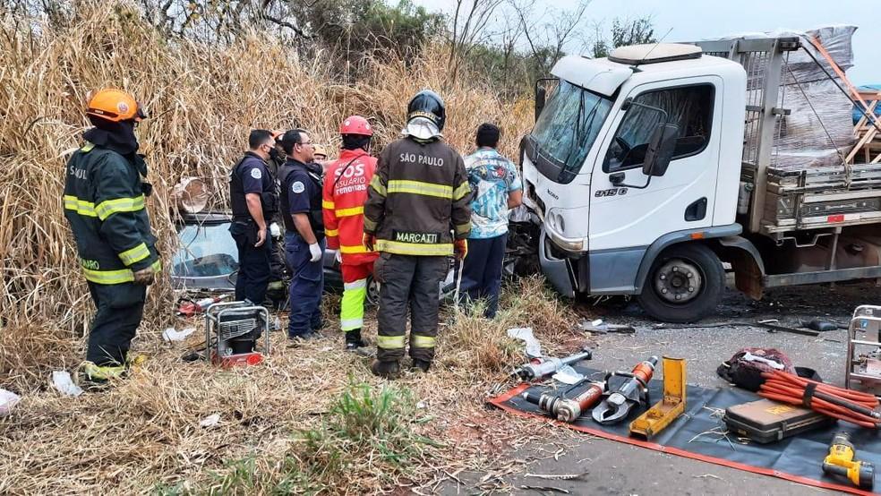 Acidente entre carro e caminhão na SP-255 deixa 3 mortos e 4 feridos — Foto: TV Cidade Aguaí/Imagens cedidas