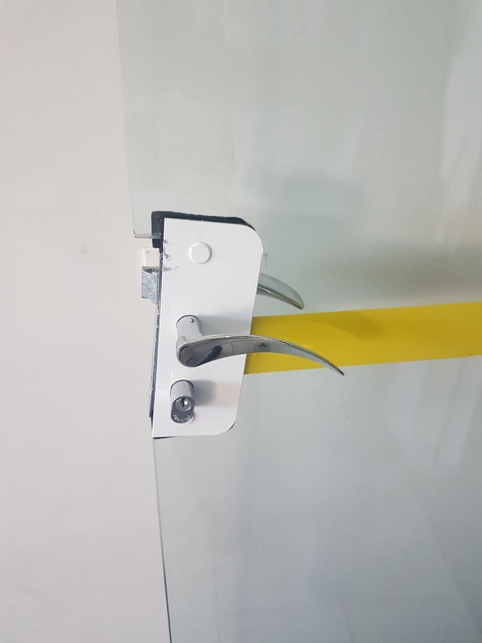 Porta foi arrombada pelos ladrões em Marília (Foto: ONG Junventude Criativa / Divulgação)