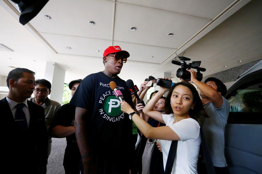 -  Dennis Rodman dá entrevista nesta terça-feira  12  no hotel Regent, em Singapura  Foto: Feline Lim/Reuters