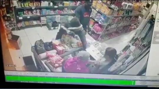 Vídeo mostra momento em que mercadinho é assaltado pela 12ª vez em Alagoa Nova, PB