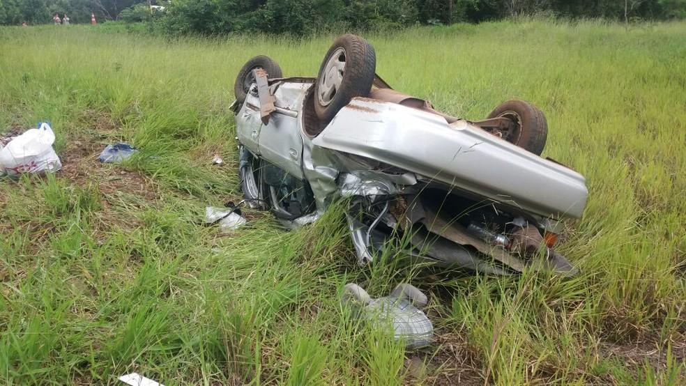 Após ser atingido de frente, carro saiu da pista e capotou; ocupantes não ficaram feridos (Foto: PRF/Divulgação)