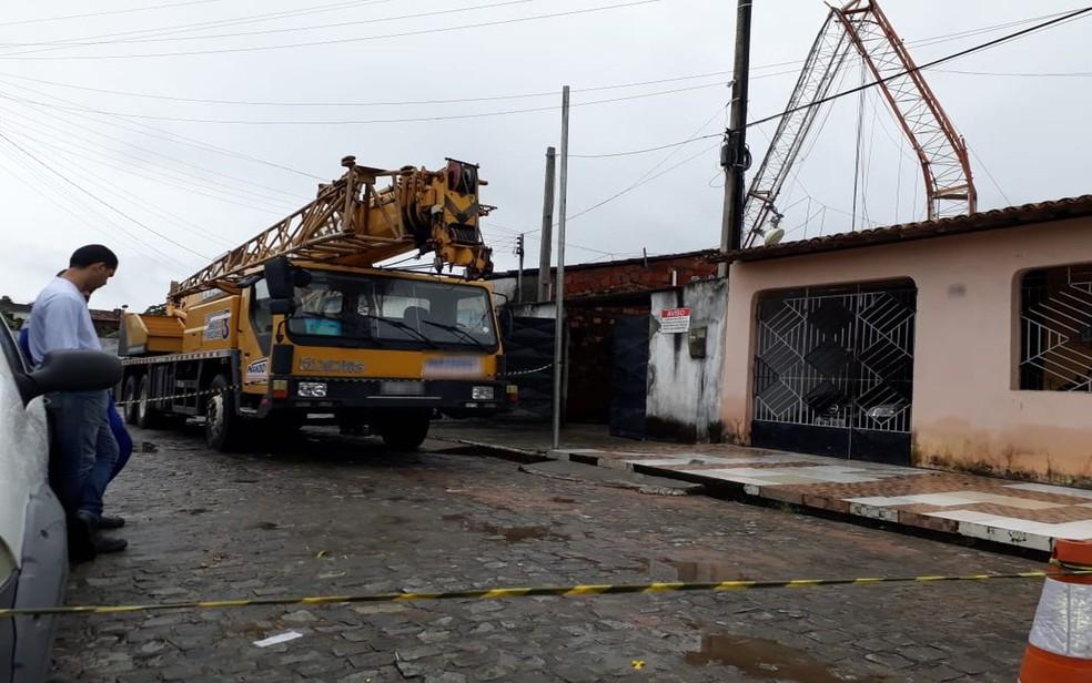 Trabalho para retirada da estrutura — Foto: Rogério Monteiro