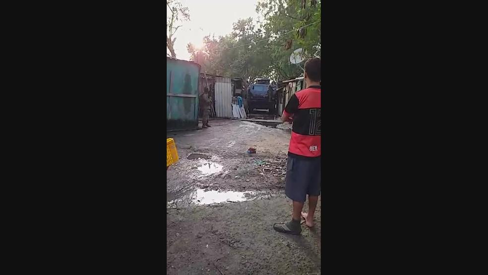 Caveirão da polícia entre moradias na Cidade de Deus, na Zona Oeste do Rio — Foto: Reprodução/Redes Sociais