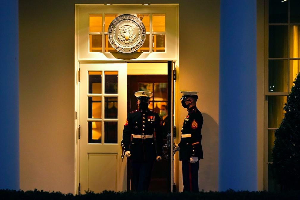 Fuzileiros navais fazem a segurança da ala oeste da Casa Branca, onde fica o Salão Oval, em foto de 13 de janeiro de 2021 — Foto: Gerald Herbert/AP