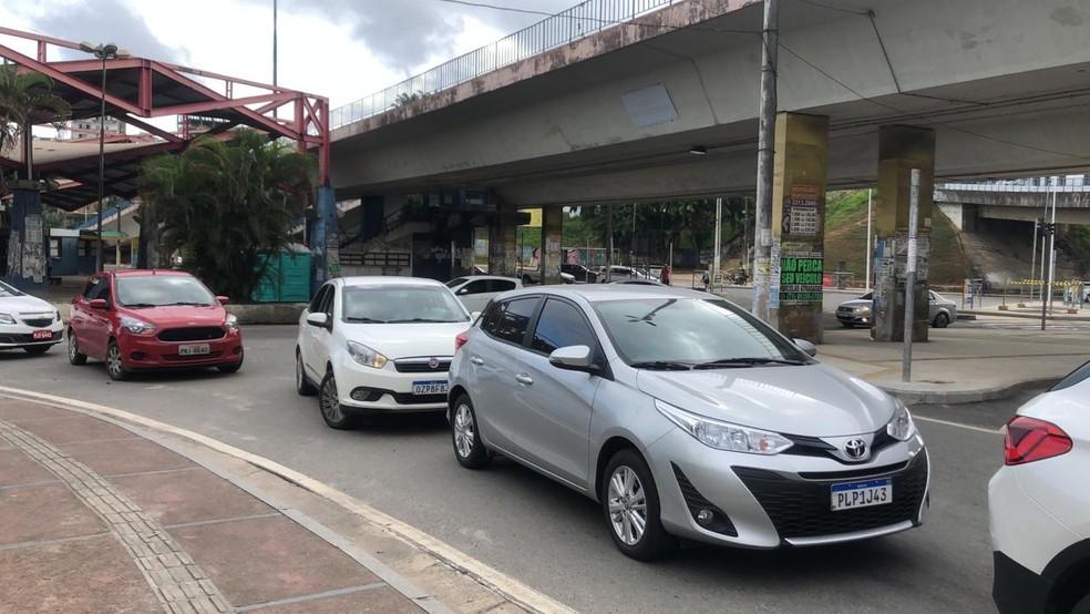 Fila de carros das pessoas em busca da vacinação contra a gripe, em Salvador, nesta quarta-feira (8) — Foto: Danilo Ribeiro/TV Bahia