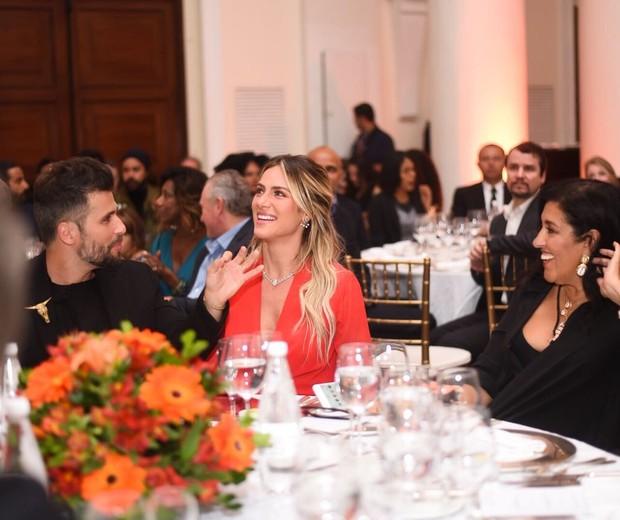 Na mesa com Regina Casé (Foto: Ari Kaye)