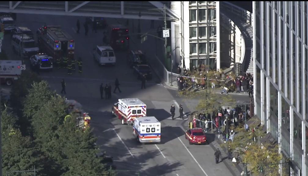 Polícia e ambulâncias vão a local em que ocorreu um tiroteio nesta terça-feira (31) em Manhattan (Foto: AP Photo)