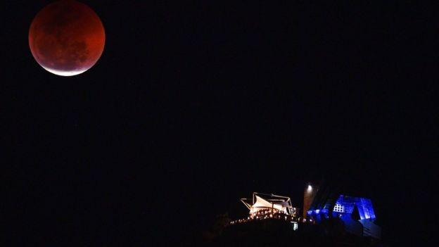 A lua eclipsada em cima do Pão de Açúcar, no Rio de Janeiro (Foto: Reuters via BBC)