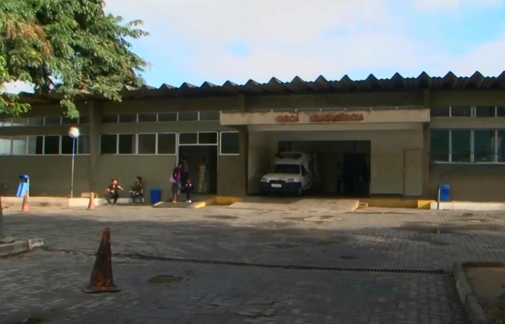 Policial foi levado para o Hospital Geral Clériston Andrade — Foto: Reprodução/TV Subaé