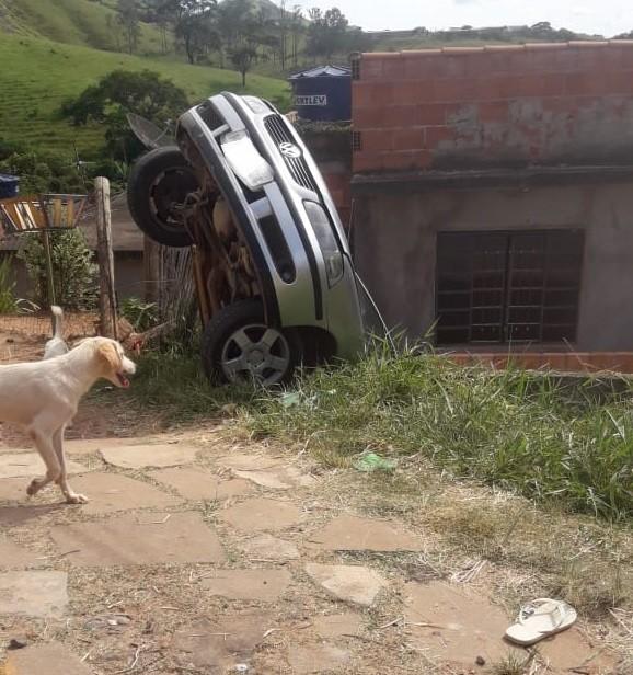 Carro desce a rua de ré e cai em terreno de casa em Valença