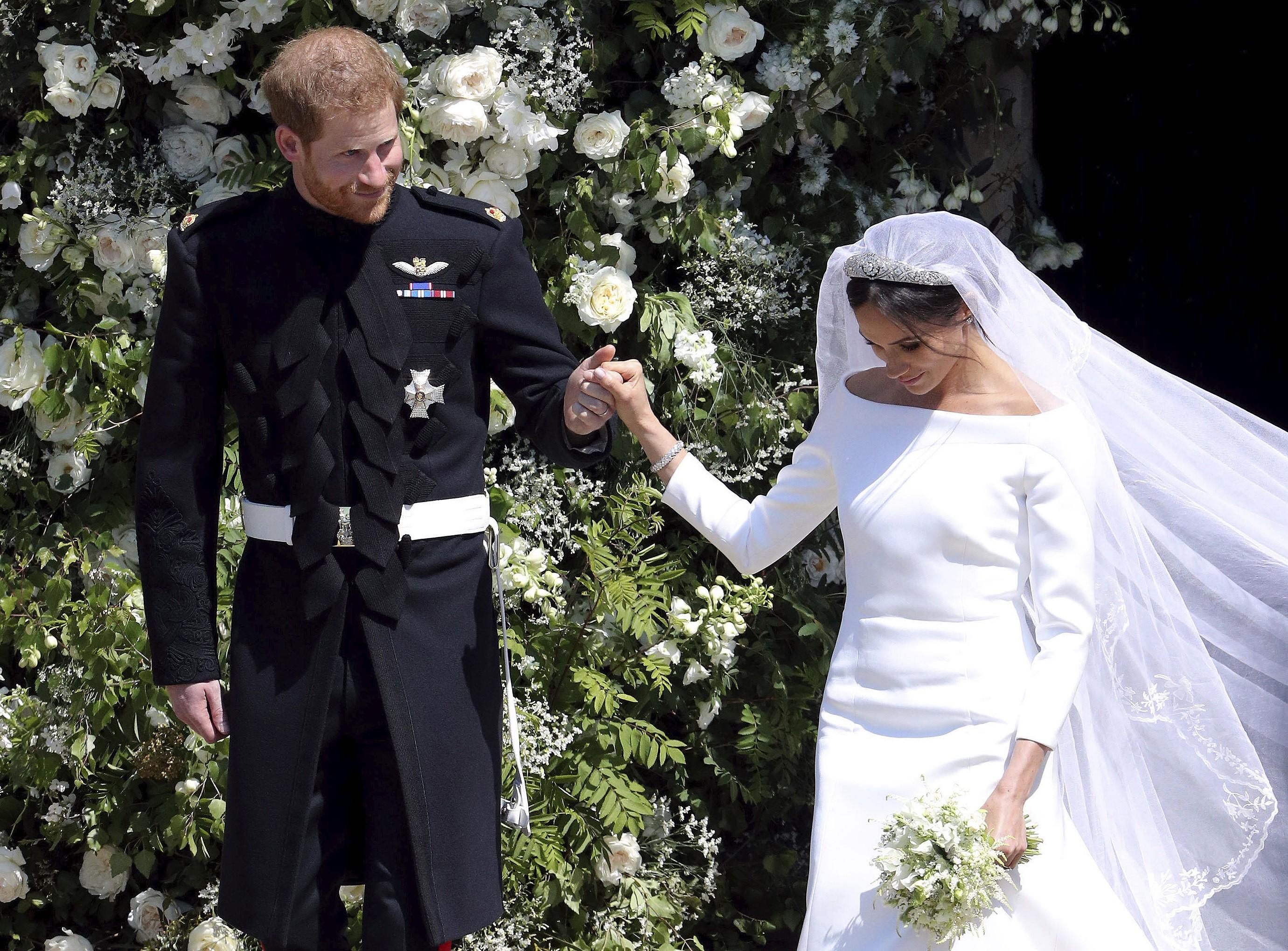 O príncipe Harry e Meghan Markle deixam a Capela de São Jorge, em Windsor