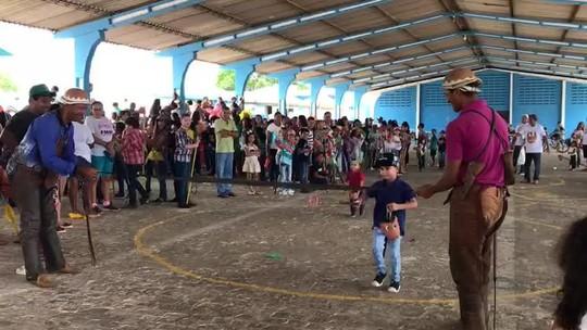 Crianças participam de cavalgada com cavalos de brinquedo em Batalha, AL
