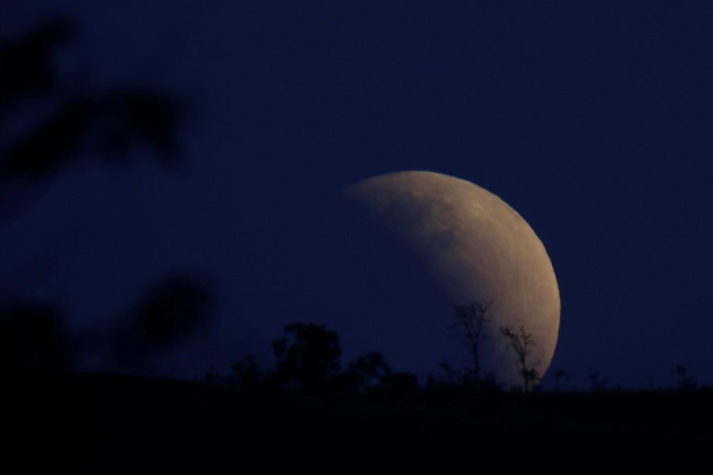 Lua durante o eclipse parcial de 16 de julho no céu de Brasília — Foto: Ueslei Marcelino/Reuters