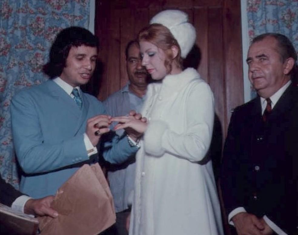 Roberto Carlos no primeiro casamento com Nice Braga, mãe de Ana Paula e Dudu Braga, o Roberto Carlos II — Foto: Reprodução