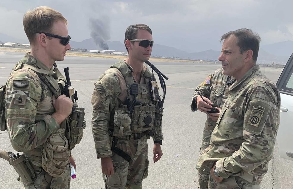 O major-general Christopher Donahue (à direita) conversa com soldados no aeroporto de Cabul, Afeganistão, em foto sem data — Foto: Reprodução/82ndABNDiv