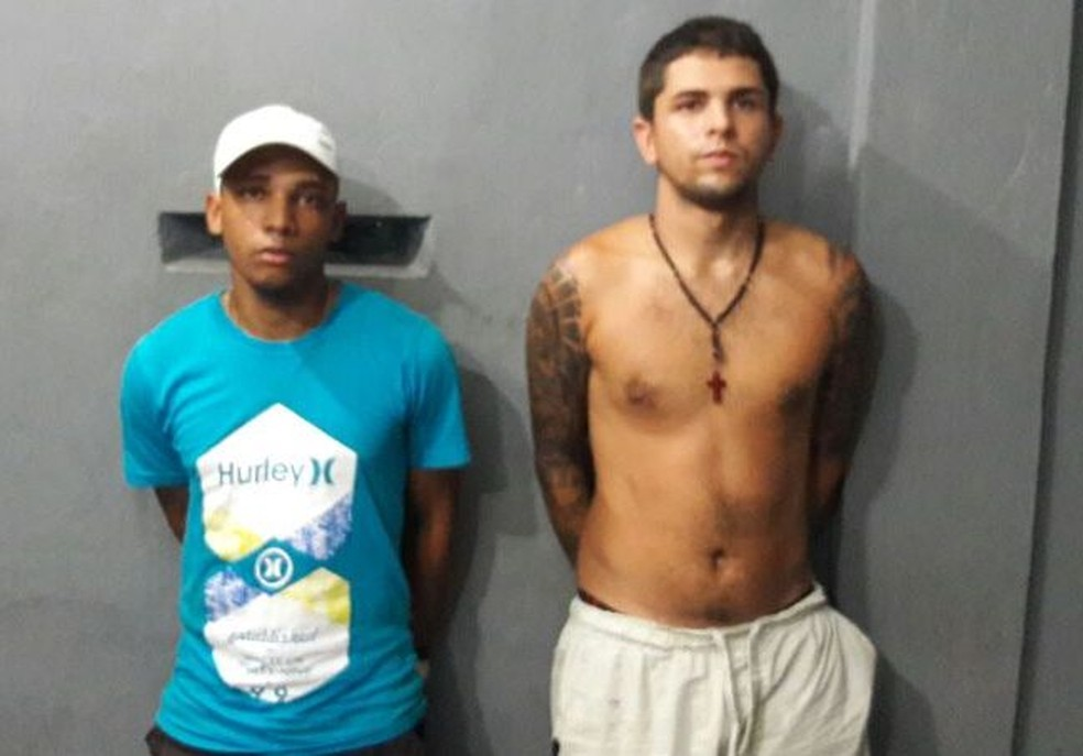 Dupla foi presa com 140 tabletes de maconha e 200 munições em Santos, SP (Foto: Divulgação/Polícia Civil)