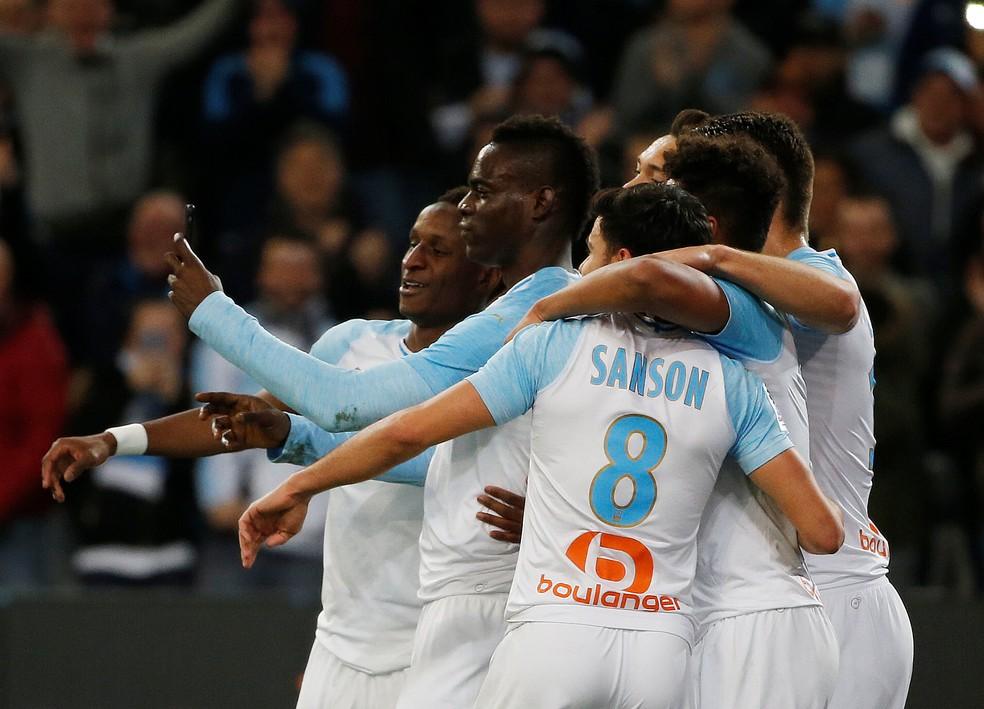Balotelli grava vídeo com jogadores do Olympique de Marselha após gol — Foto: REUTERS/Jean-Paul Pelissier