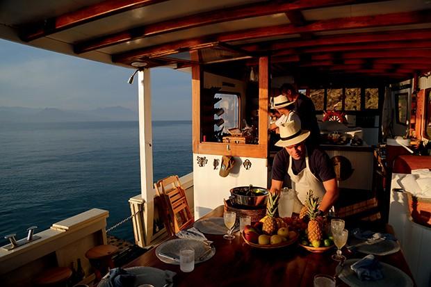 Lifestyle Paraty - O barman Dão a bordo da traineira (Foto: Rogério Voltan)