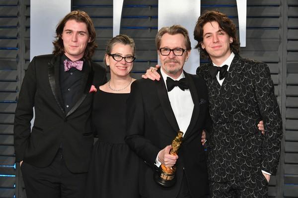 O ator Gary Oldman com os filhos e a atual esposa (Foto: Getty Images)