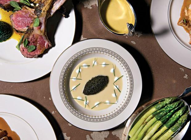 O cardápio prioriza carnes e frutos do mar, de forma que você escolhe a proteína e combina com diferentes tipos de acompanhamento (Foto: Liz Clayman/ Reprodução)