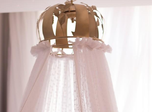 Uma coroa acima do berço dá suporta ao mosquiteiro (Foto: Grão de Gente/ Divulgação)