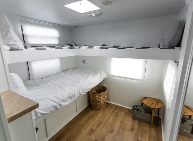 No quarto das crianças, as camas foram colocadas na parede para sobrar espaço para os pequenos brincarem (Foto: Brianne and Sean Walker/ Reprodução)
