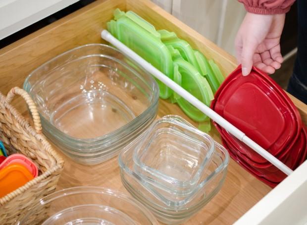 Tampas de um lado, potes do outro: assim a gaveta fica sempre arrumada (Foto: Pinterest/Reprodução)