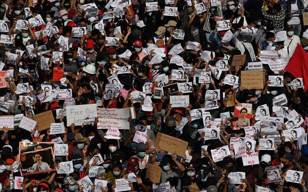 Manifestantes exibem cartazes exigindo a libertação da líder Aung San Suu Kyi durante protesto contra golpe militar em Yangon, Mianmar, na terça-feira (9) — Foto: Sai Aung Main/AFP