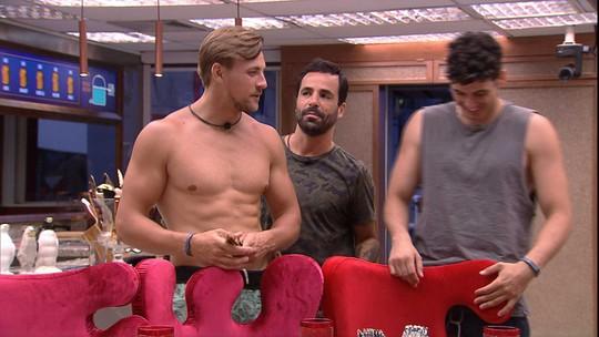 Vinicius sugere aos brothers: 'Vamos jantar pelados?'