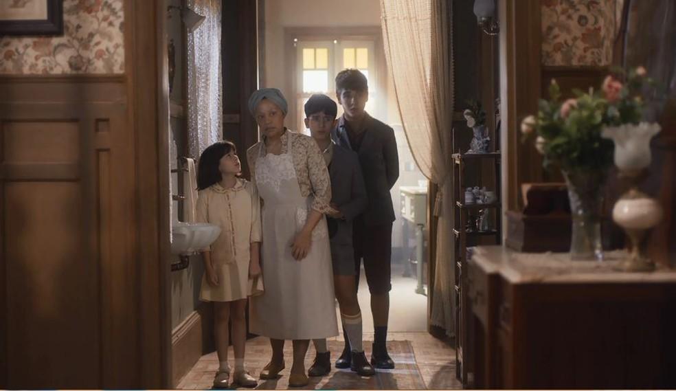 Durvalina (Virgínia Rosa) e os outros filhos de Lola (Gloria Pires) acompanham, tensos, a discussão  — Foto: Globo