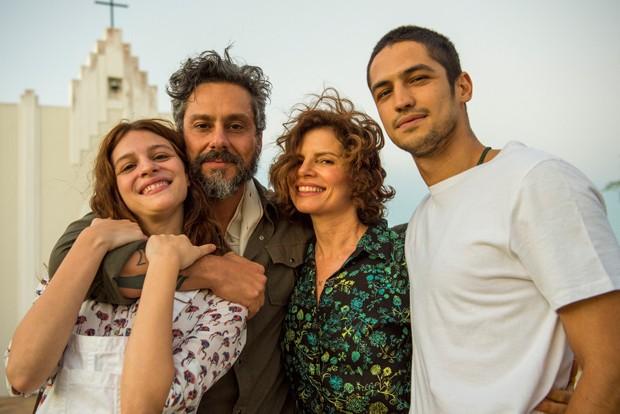 Pedro (Alexandre Nero), Aurora ( Lara Tremouroux ), Rosinete ( Debora Bloch) e Hermano (Gabriel Leone) (Foto: Globo/Estevam Avellar)