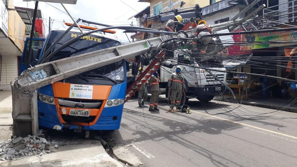 Motorista perde controle e micro-ônibus derruba dois postes em avenida de Manaus