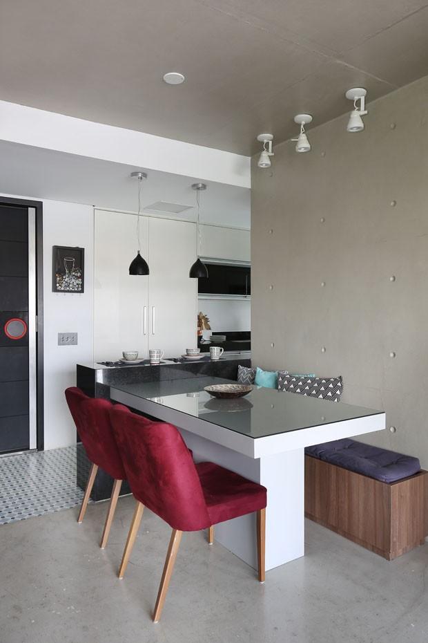 10 salas de jantar com banco: boa solução para apartamentos pequenos (Foto: Mariana Orsi)