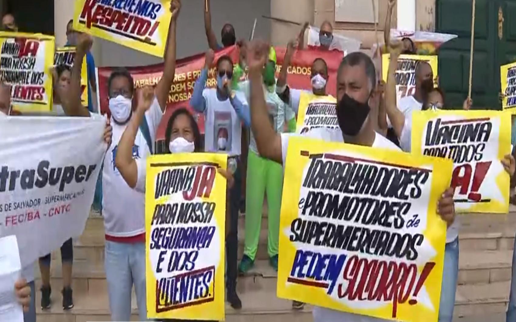 Trabalhadores de supermercados protestam em frente à prefeitura de Salvador e reivindicam vacina contra a Covid-19