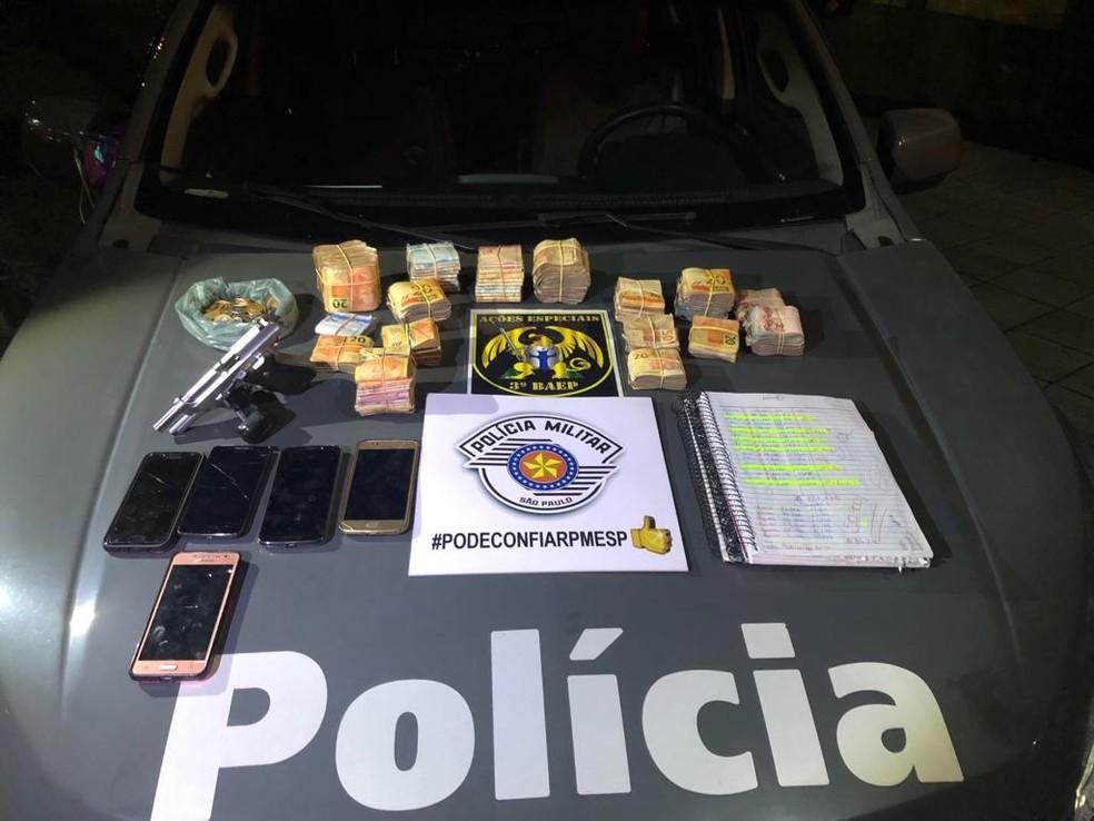 Foragido da Justiça é preso com R$ 57 mil em São José — Foto: Divulgação/ Polícia Militar