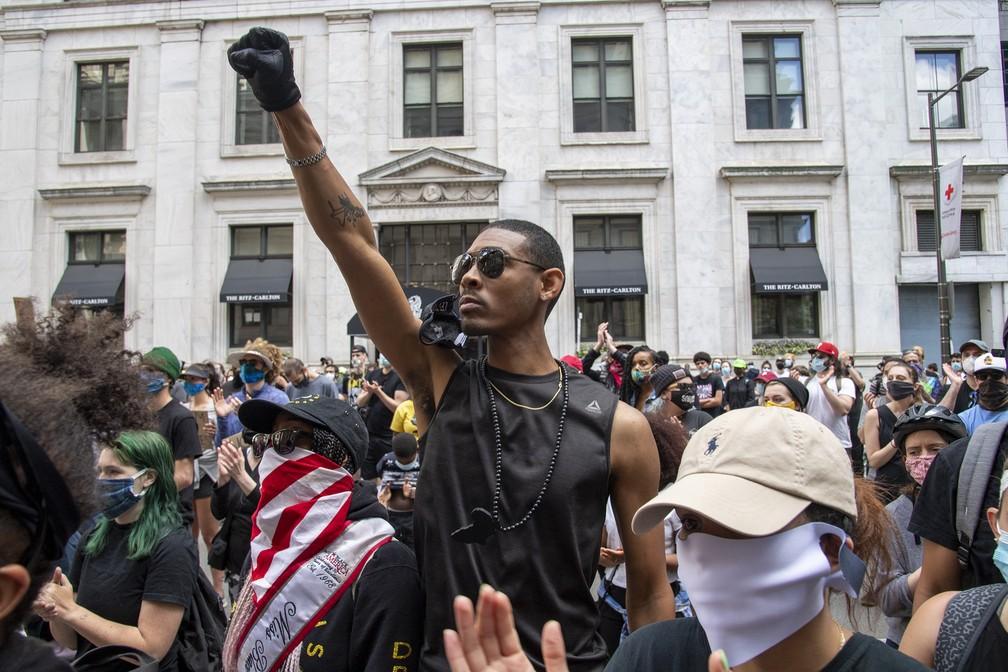 Protesto contra o racismo após morte de George Floyd toma praça em Filadélfia, nos EUA, neste domingo (31) — Foto: Jose F. Moreno/The Philadelphia Inquirer via AP