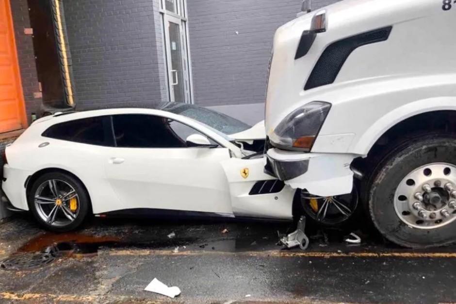 """Caminhoneiro """"atropelou"""" a Ferrari do seu patrão (Foto: Reprodução/Facebook)"""