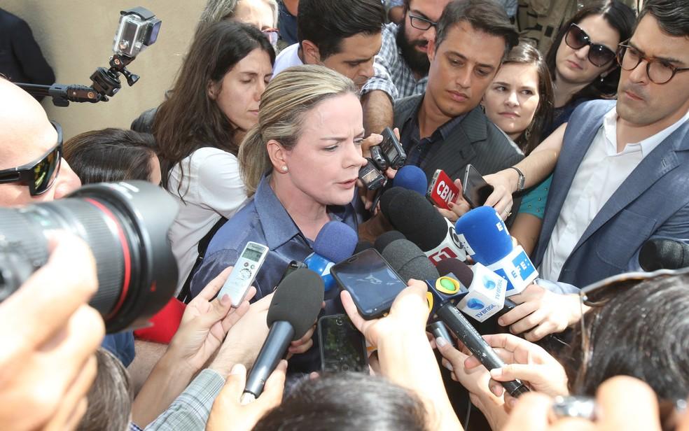 Presidente do PT, senadora Gleisi Hoffmann, dá entrevista em frente ao Instituto Lula (Foto: Rafael Arbex/Estadão Conteúdo)