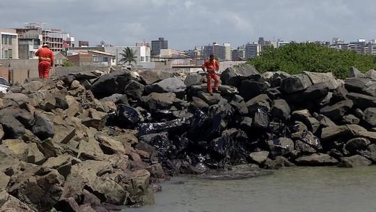 Autoridades pedem relatório que comprove eficácia de boias para conter óleo
